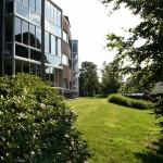 delishurck-buitenruimte-appartementencomplex-ouderen-parkachtig-modern-natuurlijk-groen-1