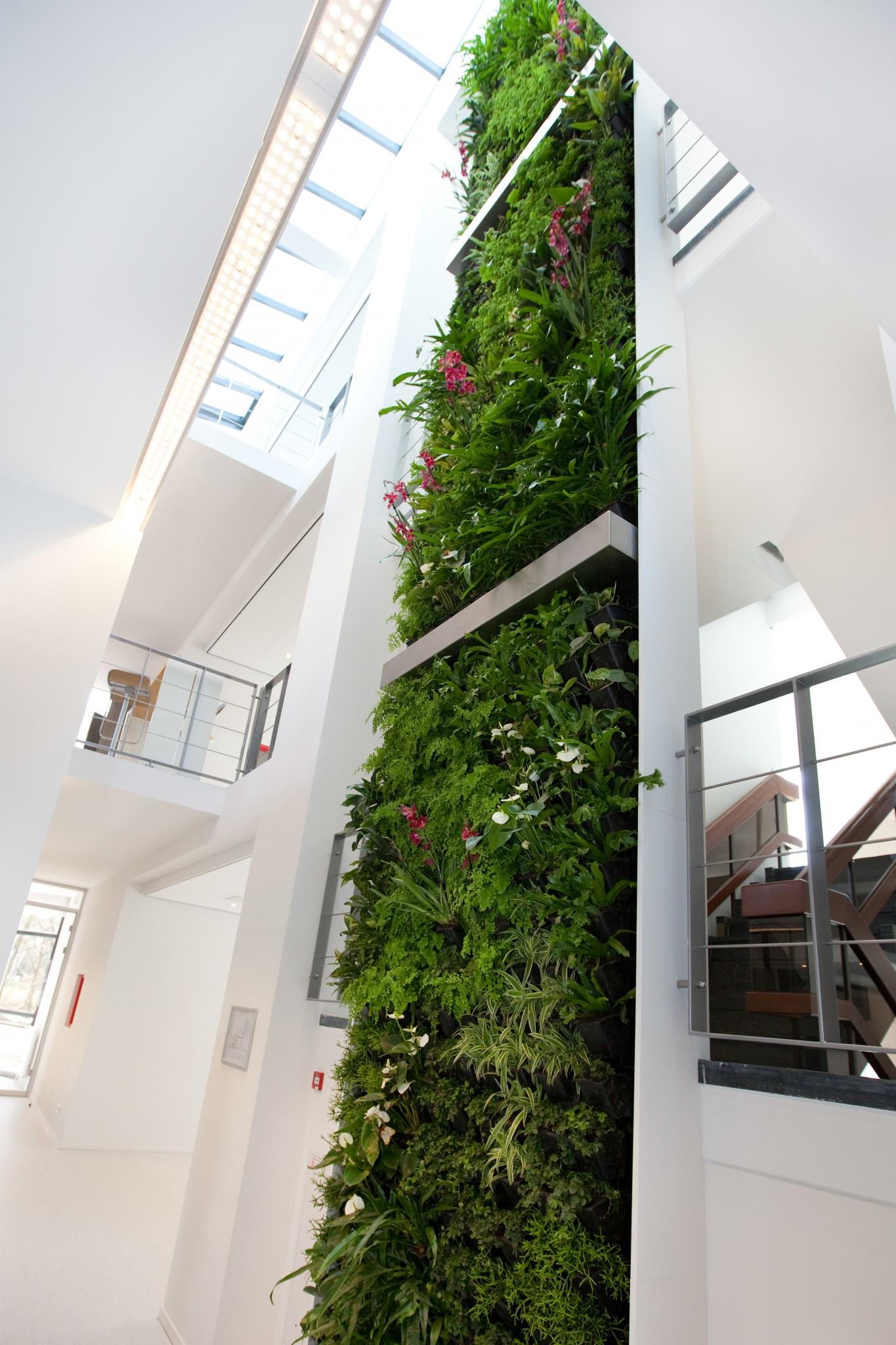Verticale tuin met gevelrekken kantoorpand Lunetzorg