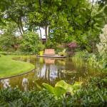 parkachtige-tuin-grote-natuurlijke-vijver-bloeirijke-vaste-planten-2