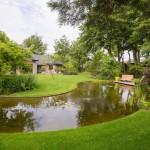 parkachtige-tuin-grote-natuurlijke-vijver-bloeirijke-vaste-planten-3