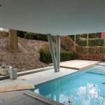 aanleg tuin bij moderne villa met groot hoogteverschil